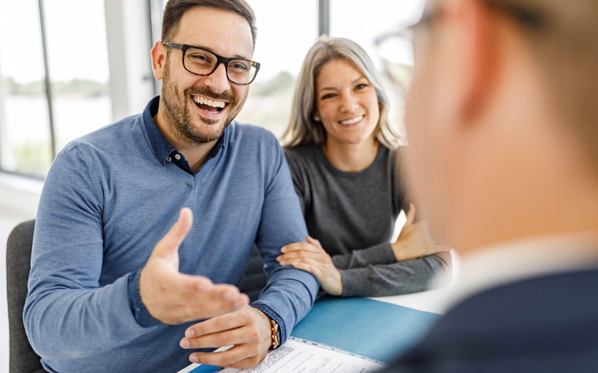 Junges Paar beim Finanz und Vermögensberater im Gespräch
