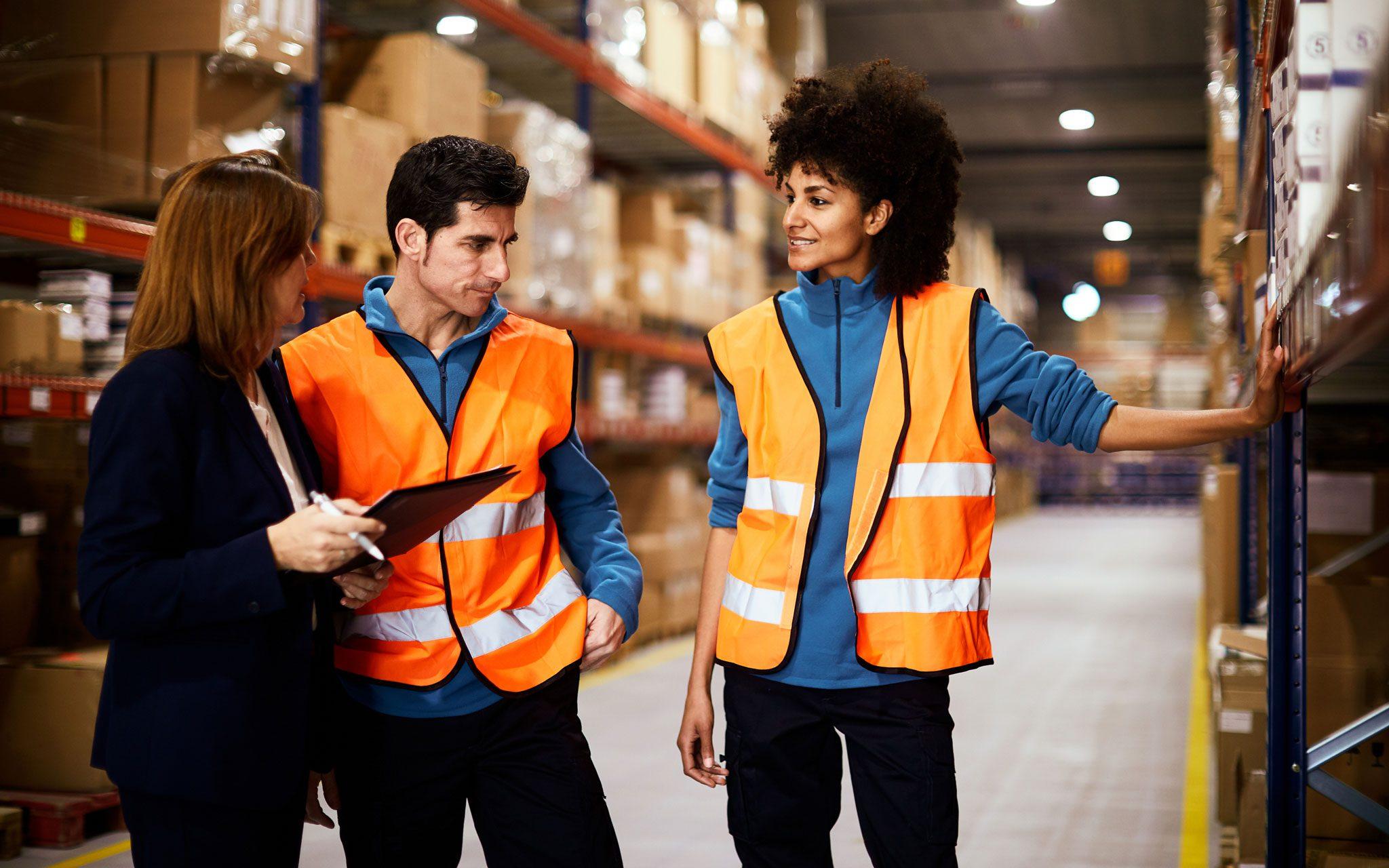Facharbeiter Logistik im Gespräch mit Vorgesetzten
