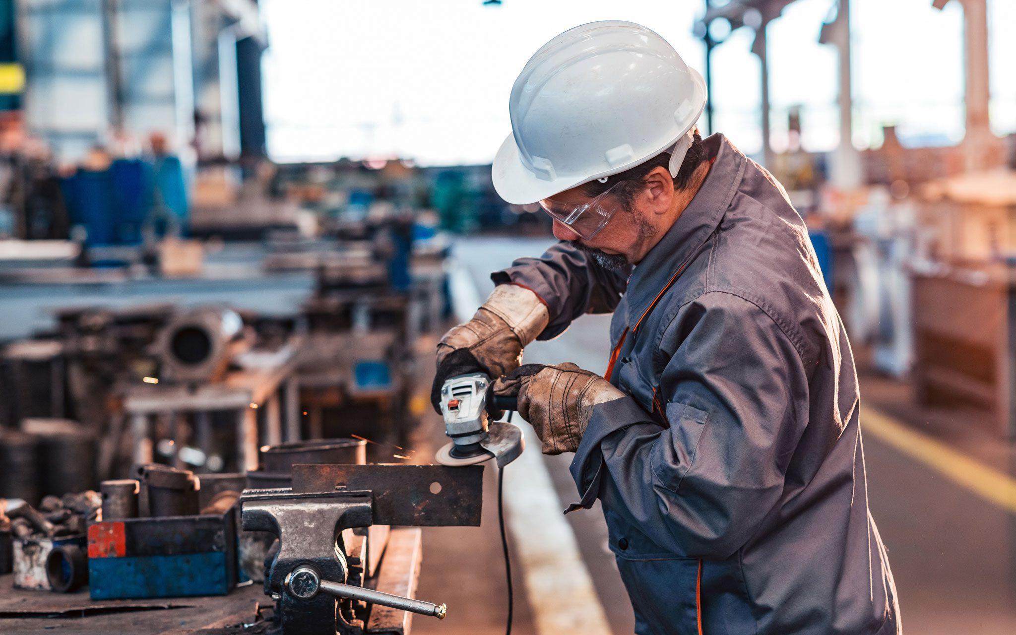 Facharbeiter Metall Bau am Arbeitsplatz mit einem Arbeitsstück