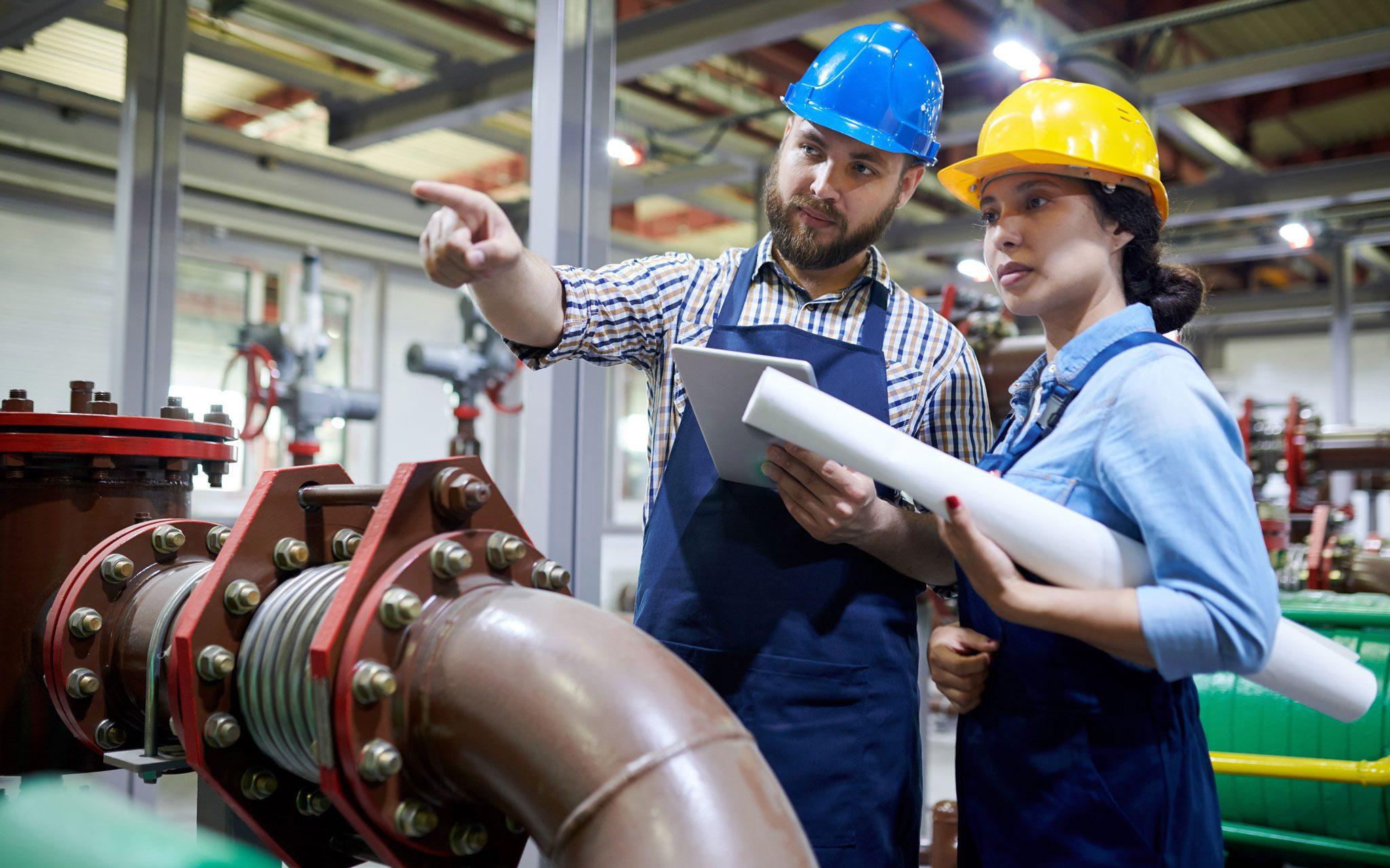 Facharbeiter Abwasserwirtschaft im Gespräch an Rohrsystemen