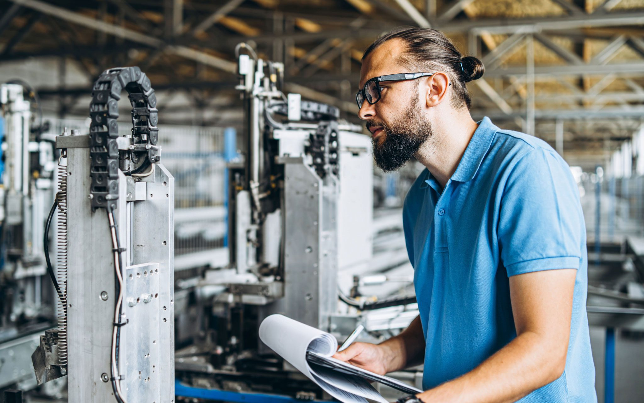 Facharbeiter Anlagenbau kontrolliert eine Maschine