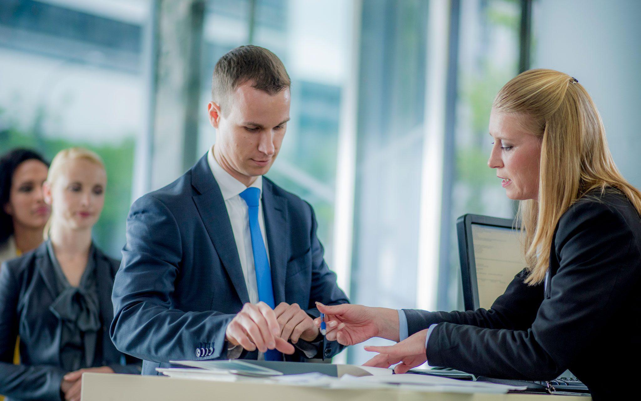 Bank Kunde am Tresen mit Kundenberaterin