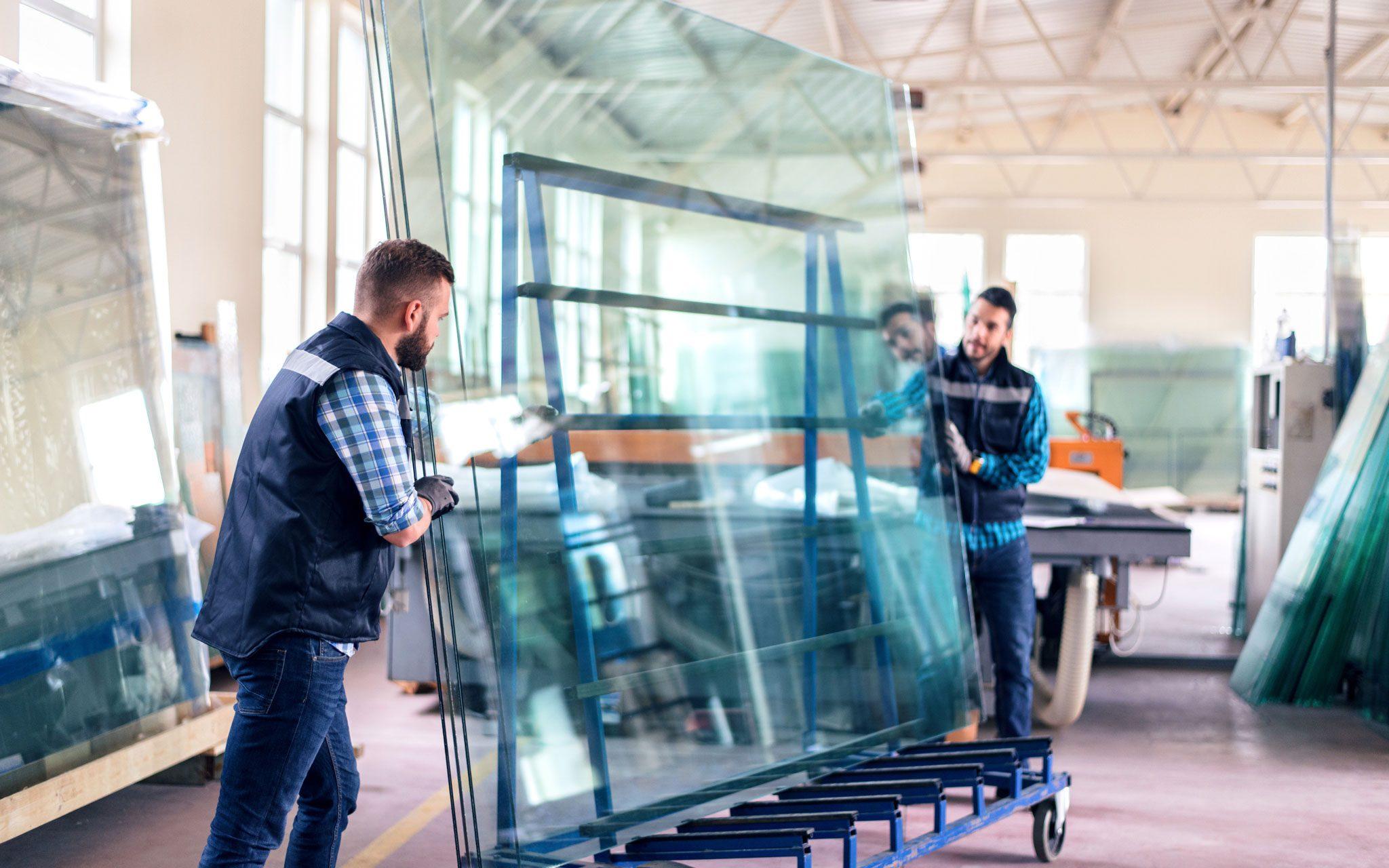 Facharbeiter Glasproduktion am Arbeitsplatz
