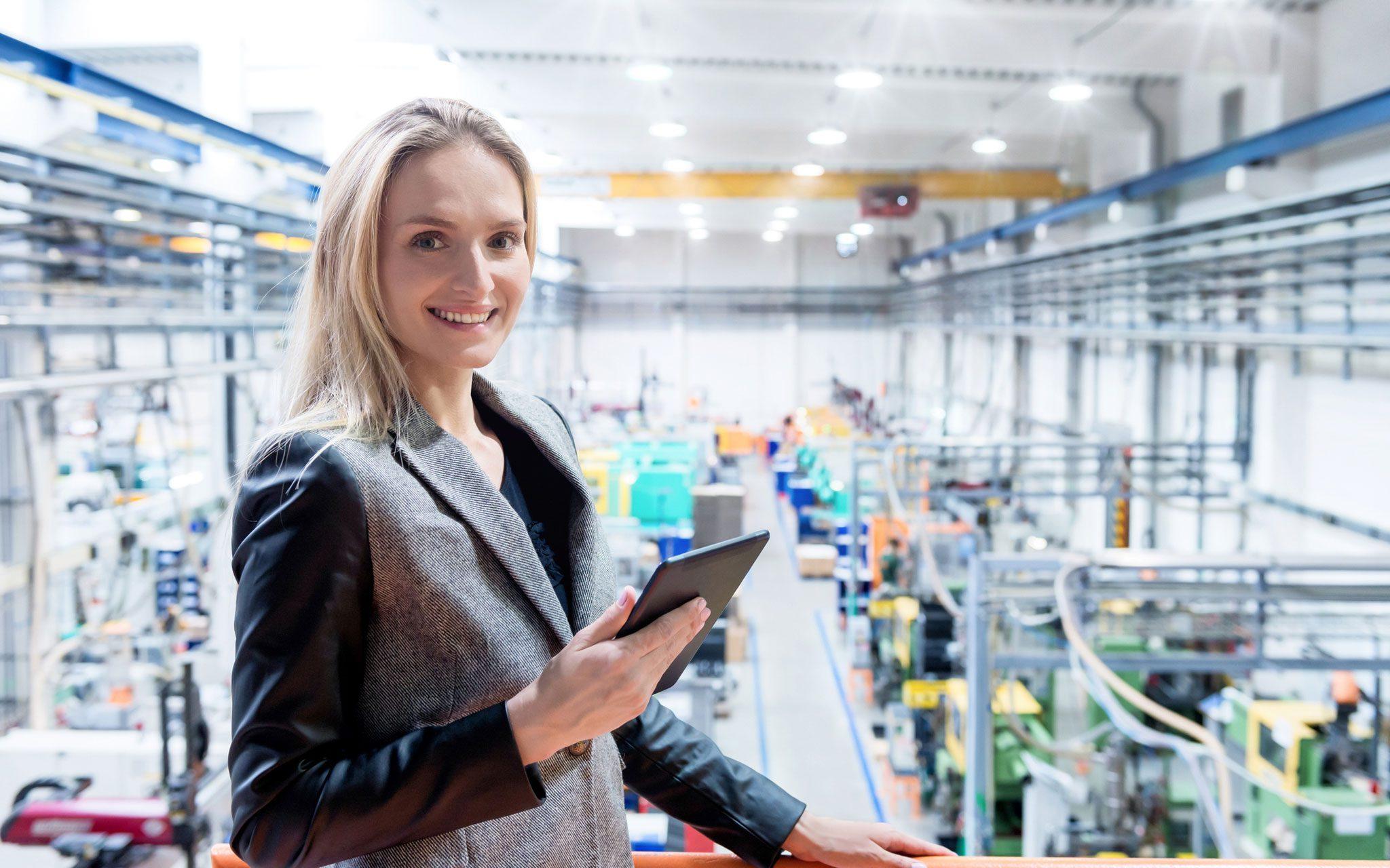 Kunststoffproduktion, Frau mit Tablet